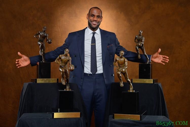 历史上的今天 詹姆斯&库里分别拿下个人首个常规赛MVP