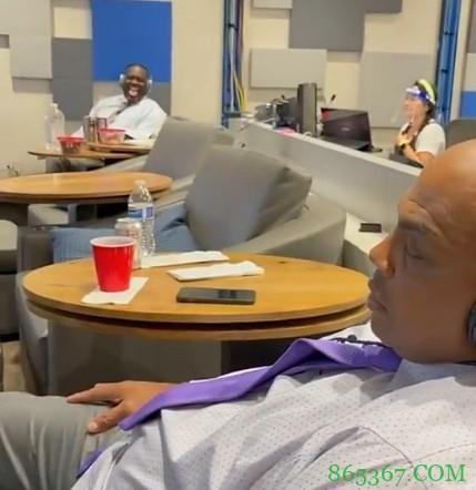🎥巴克利看比赛时再次睡着 奥尼尔:这家伙总是在睡觉