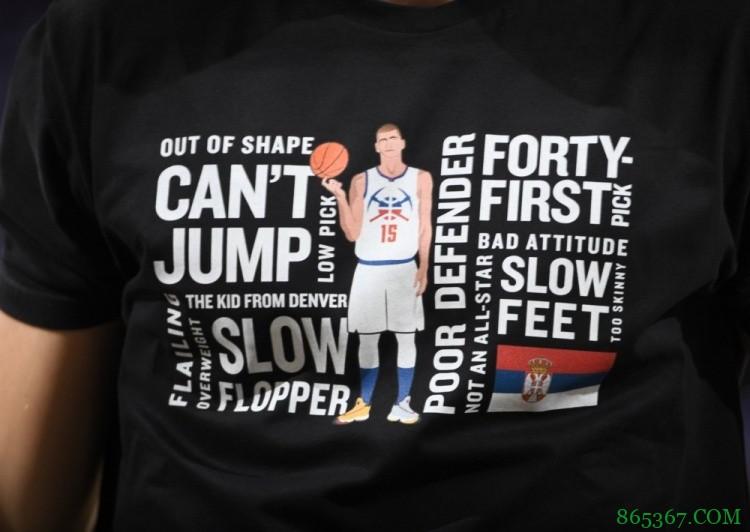 让你低估我?约基奇热身时上身MVP特制嘲讽版T恤