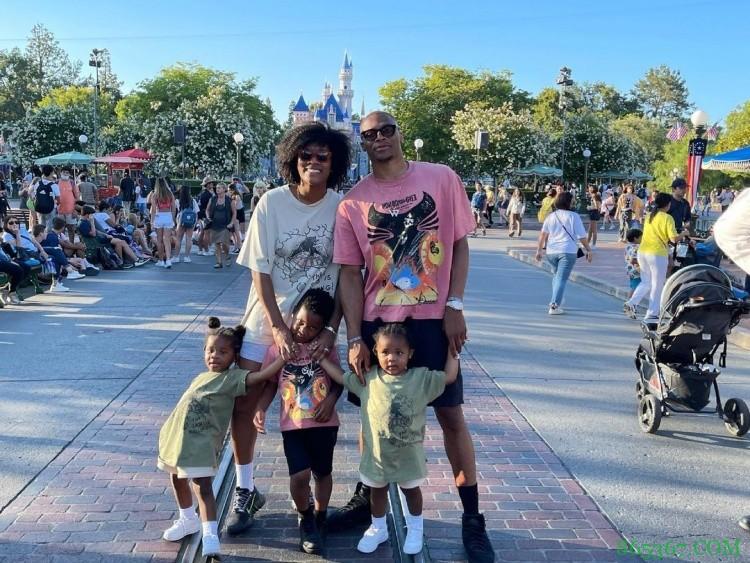 🎥享受假期!威少带全家人游玩迪士尼乐园