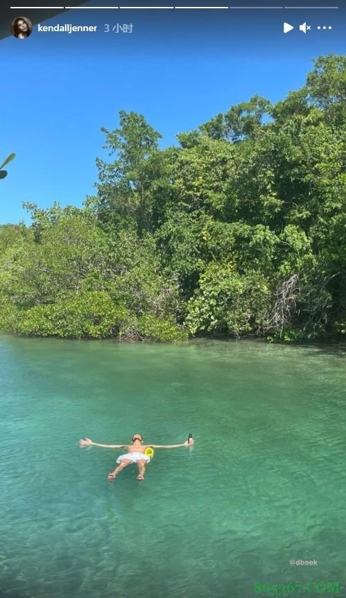 惬意假期!詹娜更新社媒晒布克平躺湖面照片