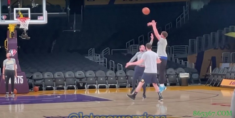 按部就班!克莱开始进行有一定对抗的投篮训练