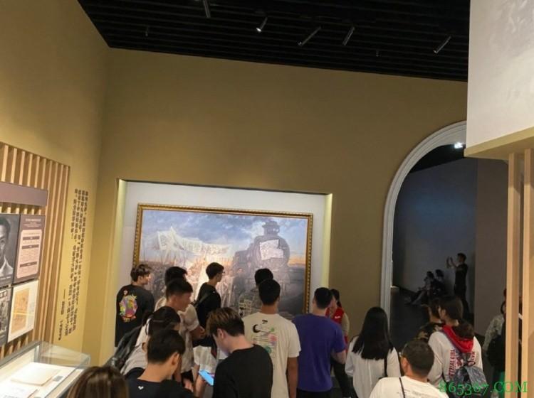 感受一下2米16的视角和空气!周琦晒参观上海交大校史馆图片