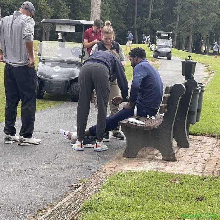 啊这!JR-史密斯高尔夫球赛中不慎踩到马蜂窝